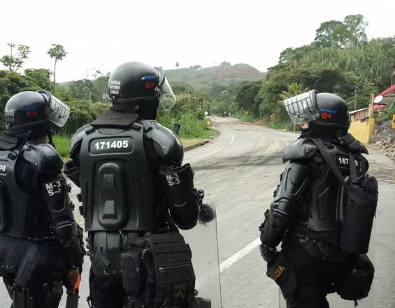 VIDEO- Continúan los enfrentamientos de los indígenas y ESMAD