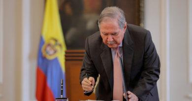 Ex ministro Botero se salvo de la suspensión, pero no de la investigación