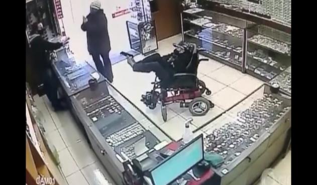 (Video) Ladrón sin brazos y en sillas de ruedas apunta con arma de fuego a su victima