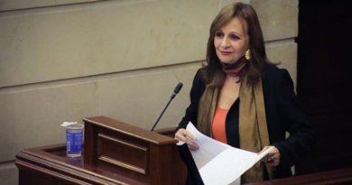 Cámara de representantes devuelve curul a Angela Robledo