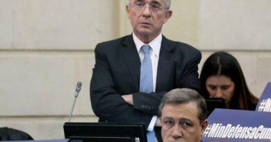 Se ordena detención domiciliaria de Álvaro Uribe Vélez