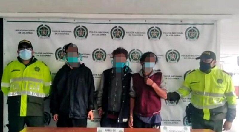 Tres personas capturadas con un arma y estupefacientes ocultos en una carreta
